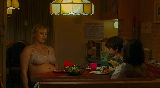 Charlize jako ztrhaná matka ve snímku Tully, za který si vysloužila nominaci.