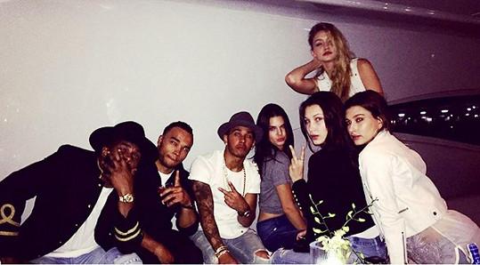 Z Lewise Hamiltona a Kendall Jenner (vedle sebe uprostřed) by prý mohl být nový hvězdný pár.