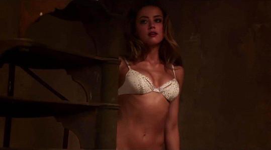 Amber Heard ve filmu London Fields nezachránila ani scéna v podprsence.