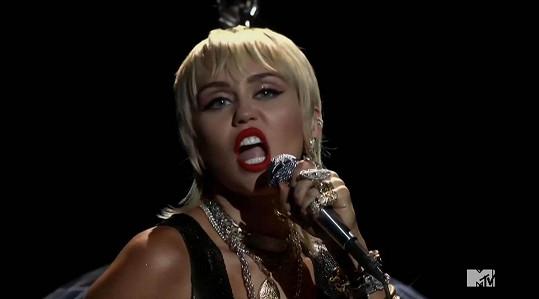Vystoupení s písní Midnight Sky se jí velmi povedlo.
