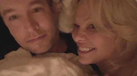 Pamela Anderson se na konci loňského roku vdala za bodyguarda a kulturistu Dana Hayhursta.