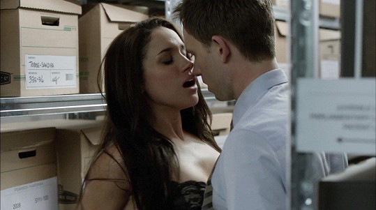 V seriálu prožila vášnivou scénu s Patrickem J. Adamsem.