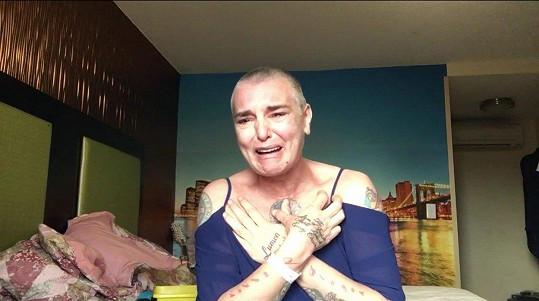 Stopáž videa, v němž Sinéad O'Connor (50) pláče na dně svých psychických sil, je kolem 12 minut.