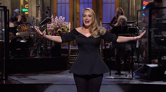 Adele zhubla přes 40 kilogramů a takhle své nové křivky poprvé ukázala v Saturday Night Live v loňském roce.