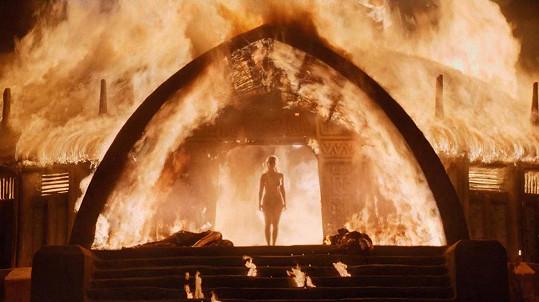 Daenerys Targaryen alias Khaleesi vystupuje neposkvrněná z ohně.