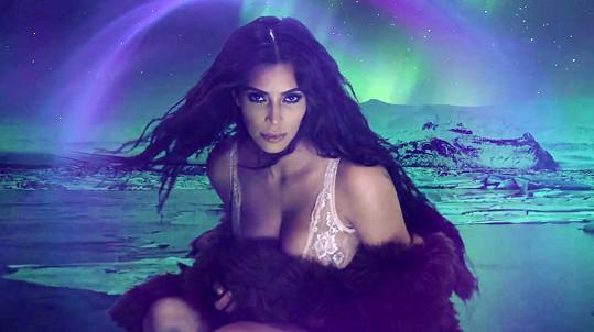 Kim v adventním videu magazínu Love