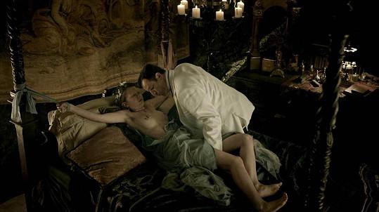 Mohla ale pomoci vyniknout i svému výrazu v rámci vášnivé erotické scény... Jenže... ouha! Jde o znásilnění.