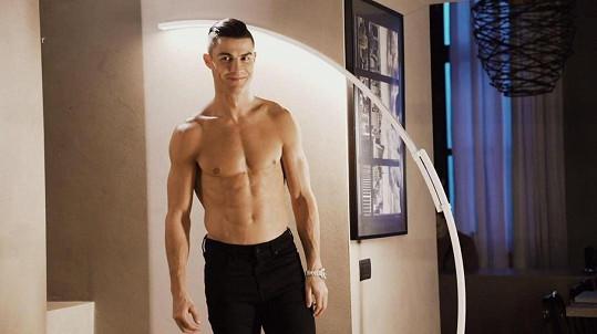 Cristiano Ronaldo s ní randil po rozchodu s Irinou Shayk.