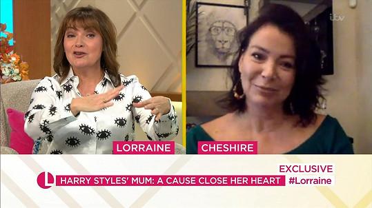 Stylese se v pořadu Lorraine Kelly zastala i jeho maminka Anne (vpravo).