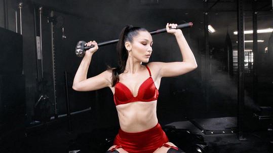 Bella Hadid nechybí v tradičním adventním videu magazínu Love.