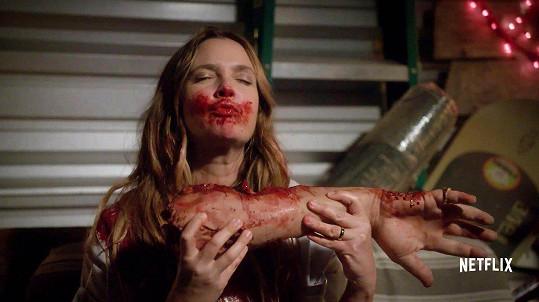 V seriálu Santa Clarita Diet hraje zombie matku.