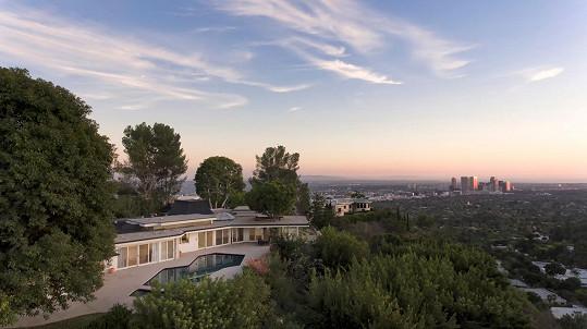 Nemovitost se nachází na lukrativní adrese v Beverly Hills s prvotřídním výhledem.