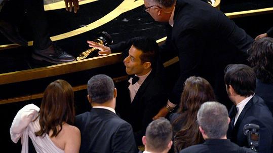 Rami Malek na letošní Oscary nikdy nezapomene. Žuchnul mezi diváky.
