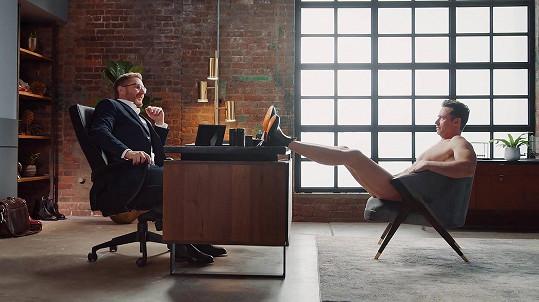 Hugh se v nové reklamě ukázal úplně nahý.
