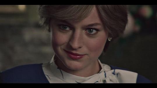 Emma Corrin jako princezna Diana v seriálu Koruna