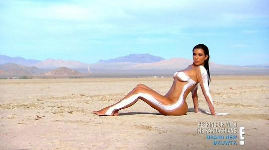 Fotografie Blac Chyny nápadně připomínají focení Kim Kardashian v poušti z roku 2015.