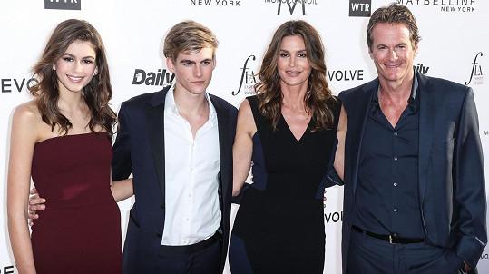 Cindy Crawford s manželem a dětmi Kaiou a Presleym