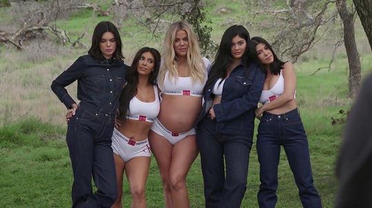 Na archivním snímku i se sestrami Kim (druhá zleva) a Kylie (druhá zprava)