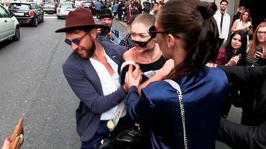 Moment, kdy se neznámý muž Gigi Hadid zmocnil.