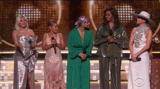 Na pódiu se objevila i s dalšími hvězdami. Zleva Lady Gaga, Jada Pinkett Smith, Alicia Keys, Michelle Obama a Jennifer Lopez.