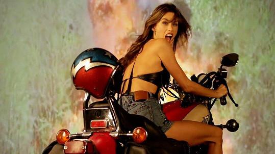 Na motorce jí to seklo.