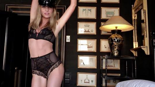 Abbey Clancy provokuje v sexy prádélku.
