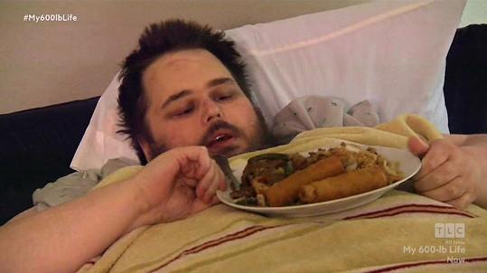 V posteli si dopřával oblíbené pochoutky.