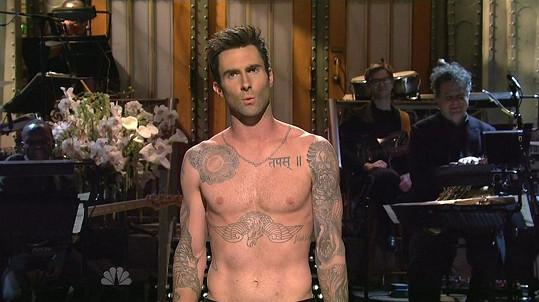 Frontman kapely Maroon 5 má po těle spousty tetování...