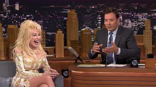 Zpěvačka v televizní show ukázala i sexy stehýnka.