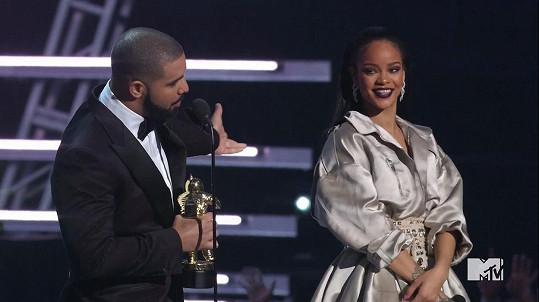 Drake se Rihanně vyznal z lásky.