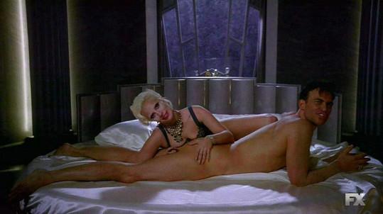 Lady Gaga má v seriálu jednu erotickou scénu za druhou.