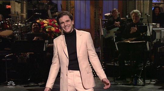 V americké show vystoupil hladce oholen.