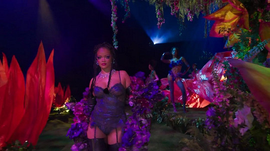 Rihanna na přehlídce nové kolekce prádla Savage x Fenty.