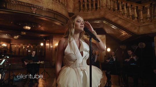 Rita Ora vystoupila skrze online přenos i v The Ellen Show.