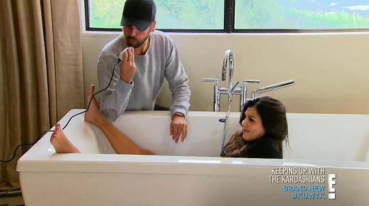 Kourtney Kardashian pomáhal s chloupky manžel Scott Disick.