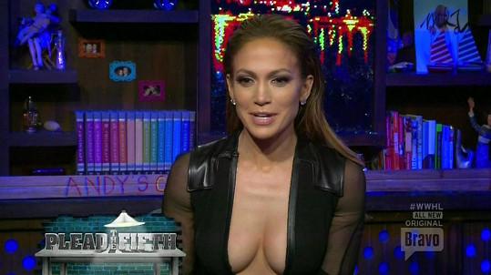 Jennifer Lopez se za své ženské přednosti nestydí.