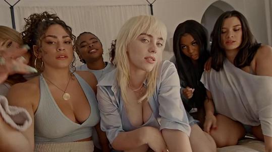 Trochu kůže odhalila i ve videu k singlu Lost Cause.