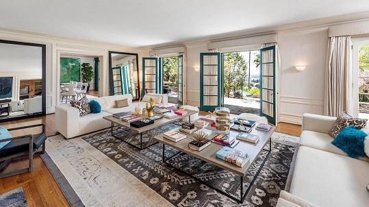 Obývací pokoj s dvoukřídlými dveřmi na terasu.