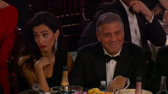 Clooneyho žena si povídala s vedle sedícím hercem.