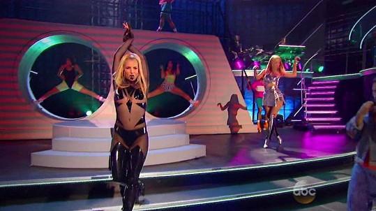Britney vletěla na pódium jako uragán...