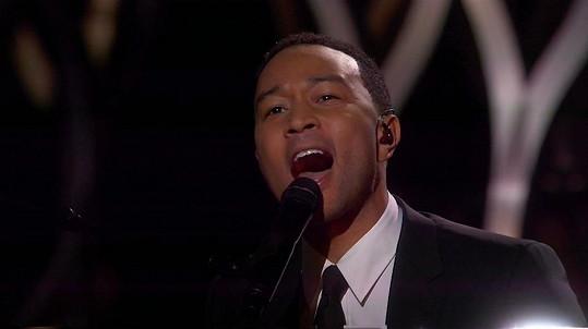 John Legend si písní Glory vysloužil ovace vestoje.