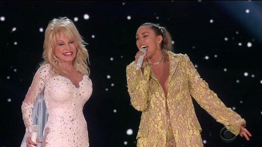 Dolly Parton si zazpívala se svou kmotřenkou Miley Cyrus.