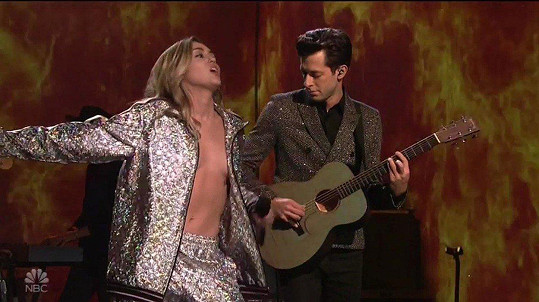 Mark Ronson z poprsí Miley Cyrus nemohl spustit zrak.