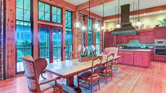 Interiér je tvořen dřevem z okolních lesů.