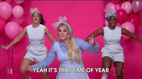 Meghan Trainor v novoroční verzi písně v The Late Late Show