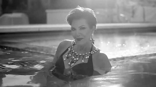 Kris Jenner se ukázala v plavkách.
