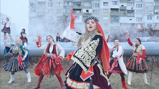 Tradiční kosovský kroj, který oblékla v druhé části klipu, byl navržený a ušitý návrhářem Valdrinem Sahitim.