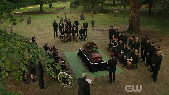 První díl 4. série Riverdale byl poctou Lukovi Perrymu.