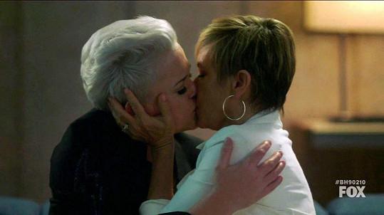A vyměnila si vášnivý polibek s Christine Elise.