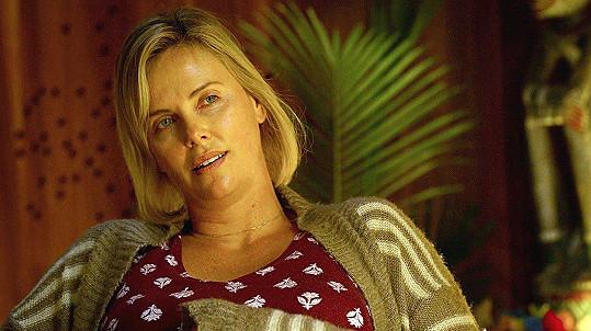 Charlize Theron nabrala kvůli filmu Tully přes 22 kilo.